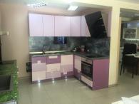 Кухня в релефен мдф мат и телевизор